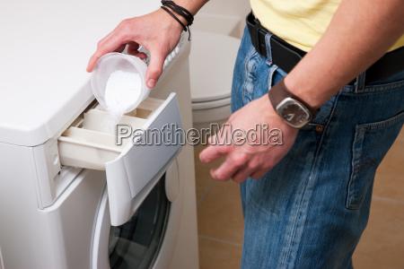 man waschen von kleidung mit maschine