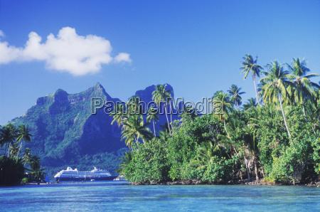 cruise ship in the sea hawaii