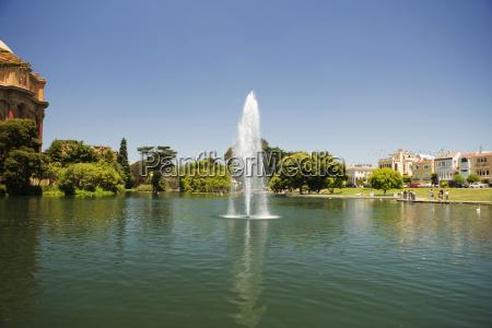panoramablick auf einen brunnen und rotunde