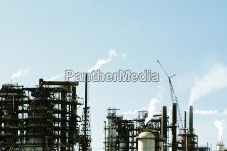 rauch aus einer chemischen anlage emittiert