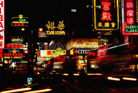 neon aushaengeschilder in der nacht beleuchtet
