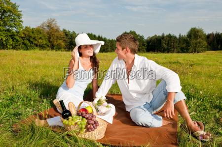 picknick romantisches paar im fruehjahr