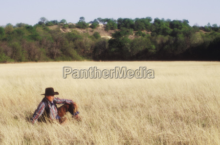cowboy auf einem feld texas usa
