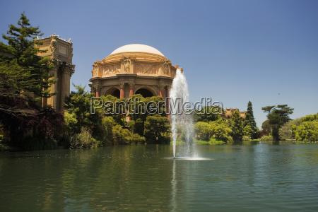 panoramablick von einem brunnen und rotunde