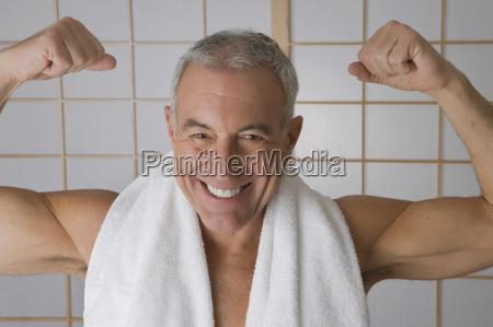 portraet eines aelteren mannes der seine