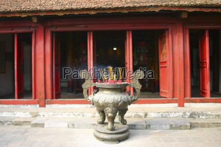 dekorative urne vor einem tempel hanoi