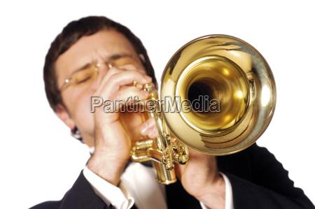 nahaufnahme eines musikers der die trompete