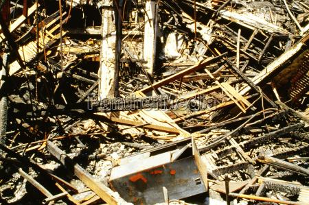 ueberreste eines verbrannten hauses los angeles