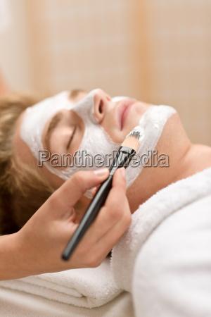maennlich kosmetik gesichtsmaske im salon