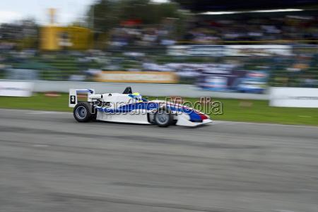 racecar rennen auf einer rennstrecke