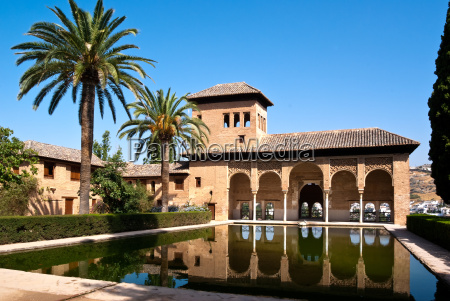 kleiner pool in der alhamabra