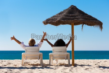 paar am strand im urlaub