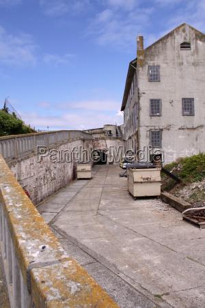 gebaeude auf der gefaengnisinsel alcatraz