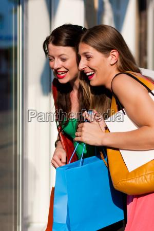 frauen beim shopping mit taschen