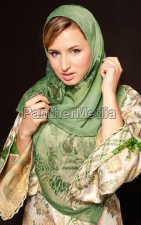 junge arabische frau mit schleiernahaufnahmeportrait auf
