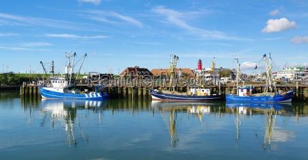 schiffe im hafen von buesum nordsee