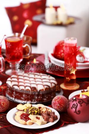 weihnachtsgebaeck mit marzipan kuchen und gluehwein