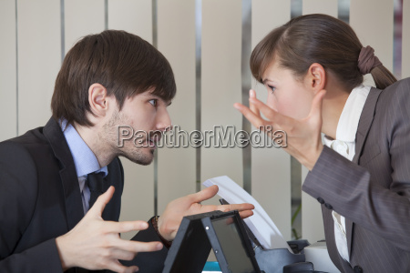 zwei bueroangestellte in konflikt