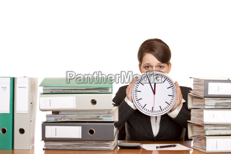 frau ist gestresst durch zeitdruck
