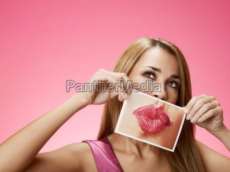 frau mit grossen kuss