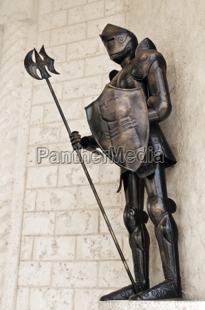 stehend mittelalterlichen ritter ruestung