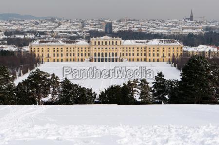 schloss schoenbrunn im winter