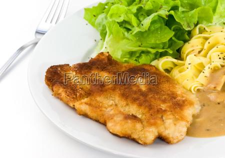 jaegerschnitzel mit sosse nudeln salat