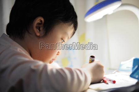 asiatisches kind lernen