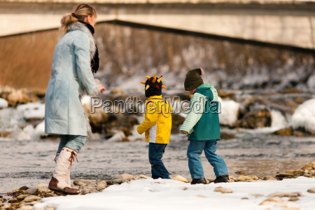 familie auf winterspaziergang