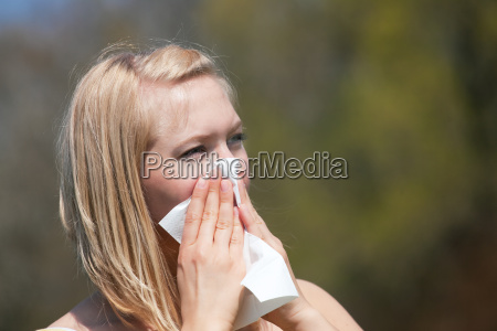 frau mit heuschnupfen niest