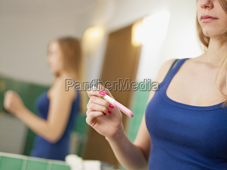 junge frau mit der schwangerschaft test