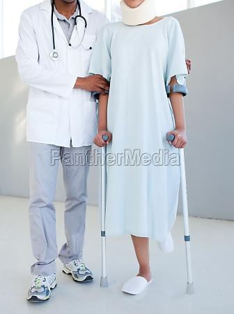 ein physiotherapeut hilft ein patient mit