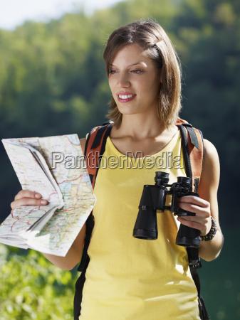 frau bergwandern fernglas erfreut gluecklich anspruchslos