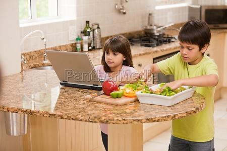 kinder kochen in der kueche