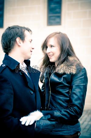 portrait eines verliebten jungen paares