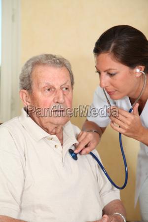 aeltere person mit krankenschwester