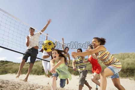 gruppe jugendfreunde volleyball auf strand spielen