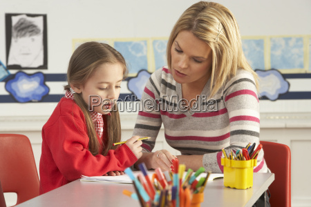 weiblicher grundschule schueler und lehrer die