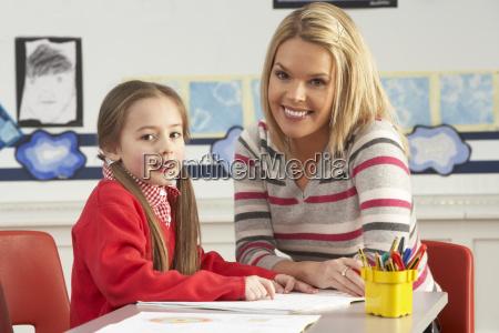 weibliche primary school schueler und lehrer