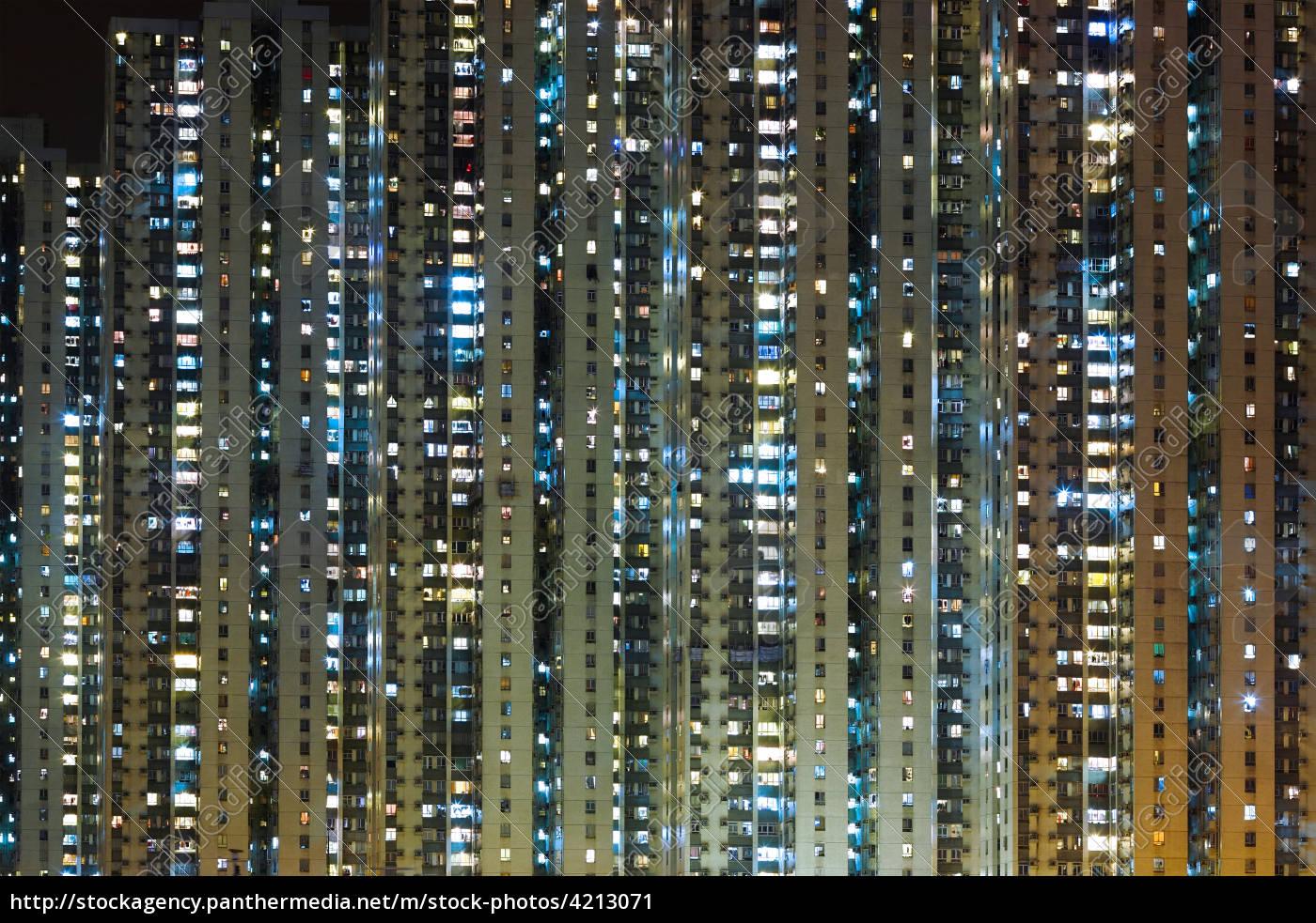 mehrfamilienhaus, in, der, nacht - 4213071