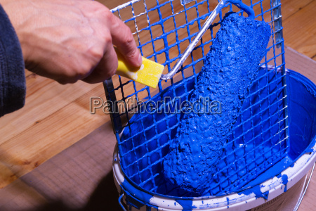 eimer mit blauer farbe und abstreifgitter