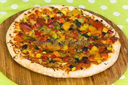 pizza mit paprika pilzen schinken oliven