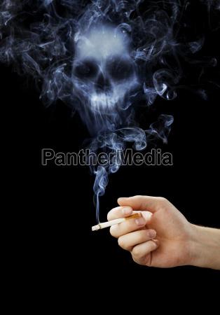 hand haelt eine zigarette mit toedlichen