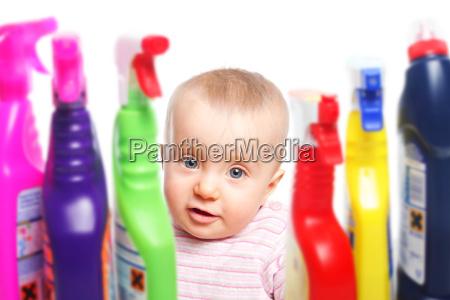 kleinkind und gefaehrliche reinigungsmittel