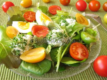 salat mit tomaten und frischkaesebaellchen