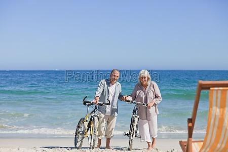 AElteres ehepaar mit ihren fahrraedern am