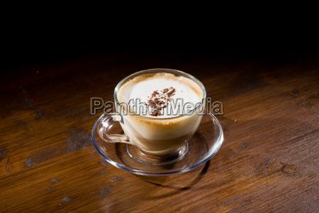 cappuccino auf hoelzerner tabelle
