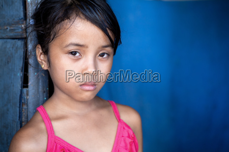 junges asiatisches maedchen in armut leben