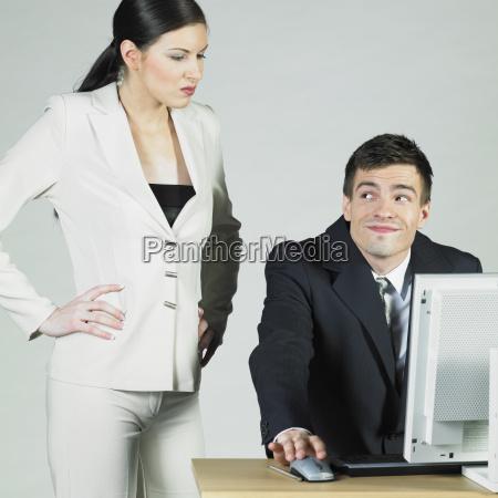 wirtschaftler am computer