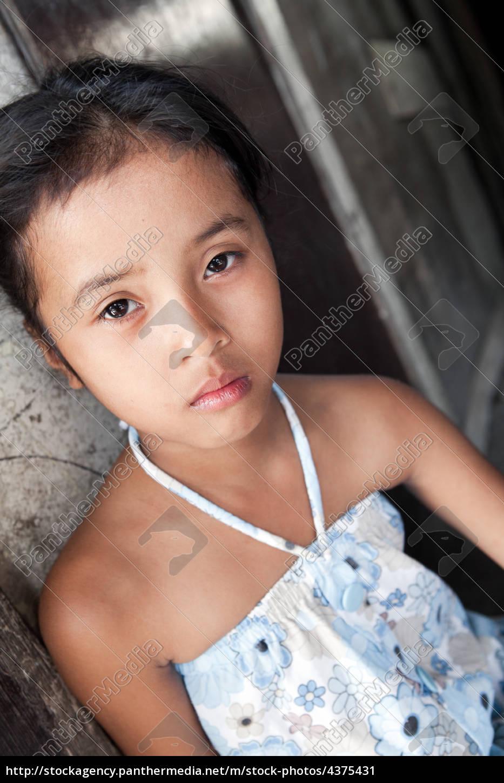 junge asiatische mädchen porträt in armut - - Stockfoto